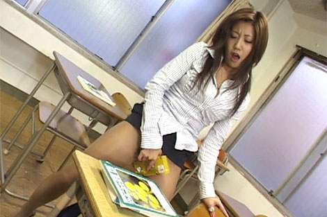 教室で擦り付けオナニーをする淫乱女教師